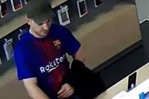 Hledaný muž při krádeži telefonu.