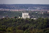 Když obejdeme ochoz proti směru hodinových ručiček, postupně se nám otevírají pohledy na pražské dominanty. Národní památník na Vítkově...