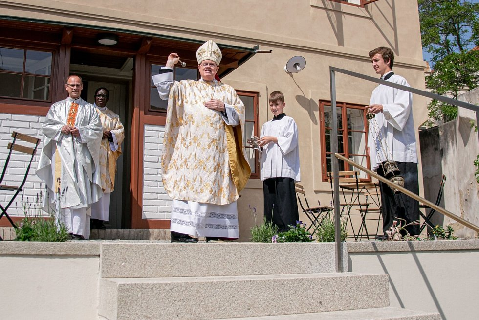Papežský nuncius požehnal barokní faře u kostela sv. Gotharda v Bubenči.