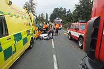 Při střetu dvou osobních vozidel u Horních Jirčan zahynuly tři lidé.