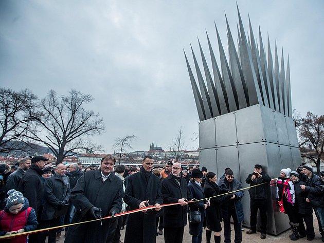 Pomník byl odhalen za účasti rodiny autora pomníku amerického sochaře a architekta českého původu Johna Hejduka (1929–2000), amerického velvyslance v ČR Andrewa Shapira a pražské primátorky Adriany Krnáčové