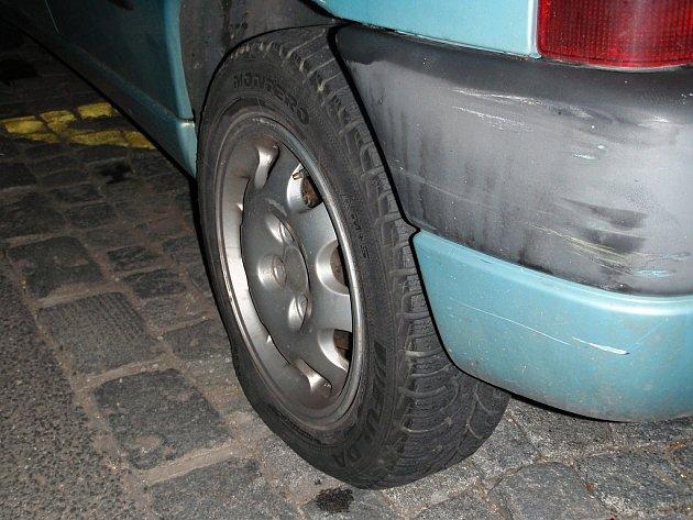 Pražští strážníci zadrželi muže, který vypustil sedmnáct pneumatik u osmi vozidel.