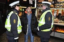Za prázdninovou zábavou po roce opět vyrazili do Prahy středoškolští studenti ze Švédska a Dánska. Na dění v klubech a barech, ale i v ulicích, dohlíželi policisté včetně trojice kolegů z Dánska, jejichž přítomnost se v Praze loni osvědčila.