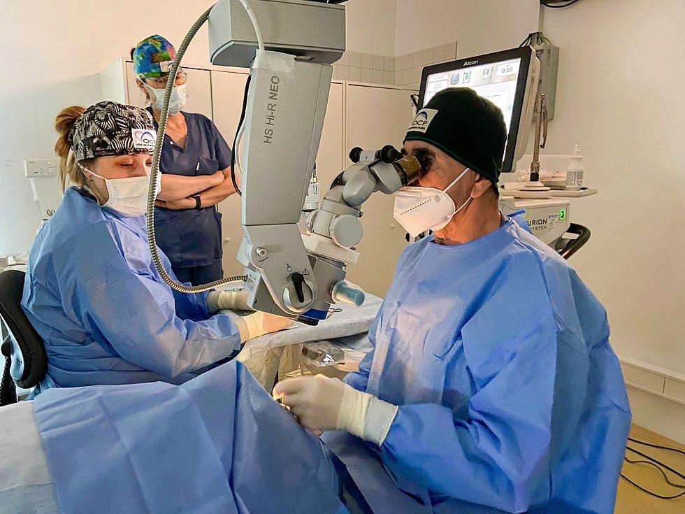 Tým Oční kliniky Praha operuje zelený zákal novou technikou.