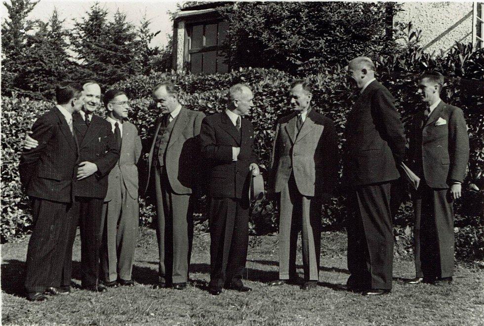 Dr. Prokop Drtina na snímku třetí zleva (fotografie z návštěvy vojenské rádiové ústředny ve Woldinghamu u Londýna v roce 1941).