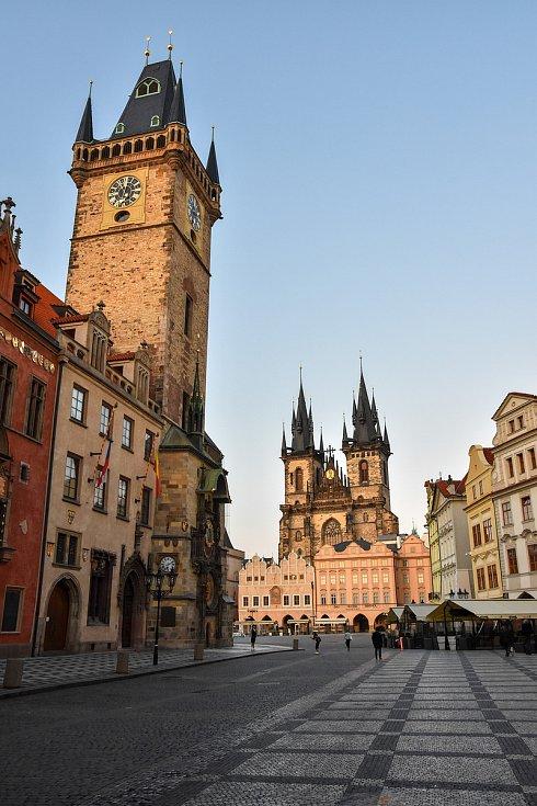 Prázdné ulice Prahy a lidé s rouškami 18. března 2020. Běžně jsou na tomto místě stovky lidí, čekající na Orloj.