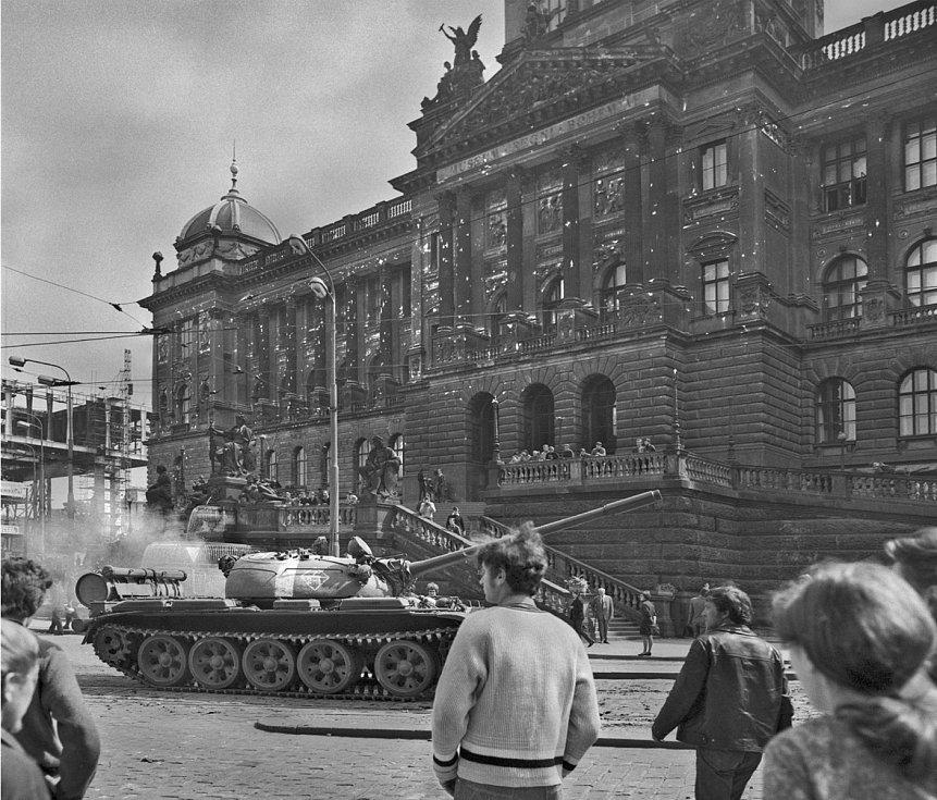 Střelbou poškozené Národní muzeum, 21. srpen 1968.