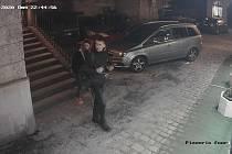 Policie hledá svědky, kteří mohli vidět pachatele sprejování na Karlův most.