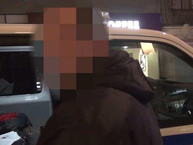 Údajně falešný taxikář.