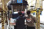 Dopravní podnik první adventní neděli rozsvítil tři vánoční tramvaje a retrobus, cestující budou vozit až do Tří králů.