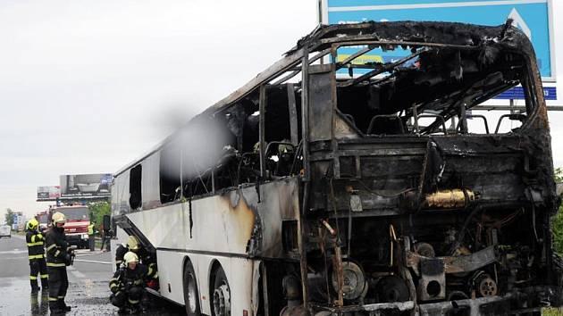 Hořící autobus.