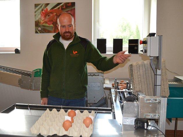Josef Dvořák chová ve Zlatníkách u Prahy kolem pěti tisíc slepic, které denně snášejí přes čtyři tisíce vajec