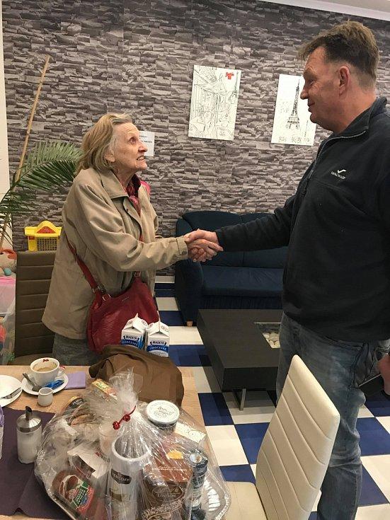 Dejvičtí seniorům předplácí kávu v cukrárně U Borůvky