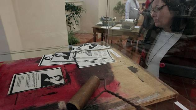 Zahájení výstavy Samizdat – tvůrčí síla odporu,která prezentuje společenský fenomén neoficiální knižní a časopisecké tvorby v kontextu 70. a 80. let minulého století. Národní knihovna ČR.