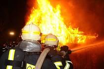 Požár chaty v Černošicích: cvičení pražských profesionálních hasičů s jednotkami sborů dobrovolných hasičů.