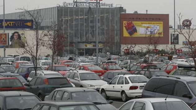 PLNĚ FUNKČNÍ BOMBA. Moskvič, zaparkovaný u Centra Černý Most, představoval vážnou hrozbu pro stovky nakupujících./Ilustrační foto