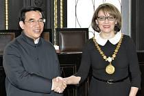Pražská primátorka Adriana Krnáčová přijala ve středu 30. března 2016 na Staroměstské radnici v Praze pekingského primátora Wang An-šuna.