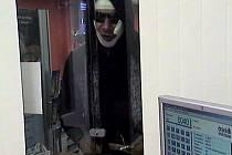 PACHATEL. Kriminalisté pátrají po nápadně vysokém muži, který včera přepadl dvě bankovní pobočky. Oblečen byl celý v černém, hlavu měl pod kapucí ovázanou obvazy. Maskoval se i slunečními brýlemi.