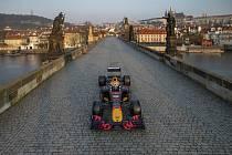 Formule 1 týmu Red Bull Racing projela 21. dubna 2021 po Karlově mostě v Praze.