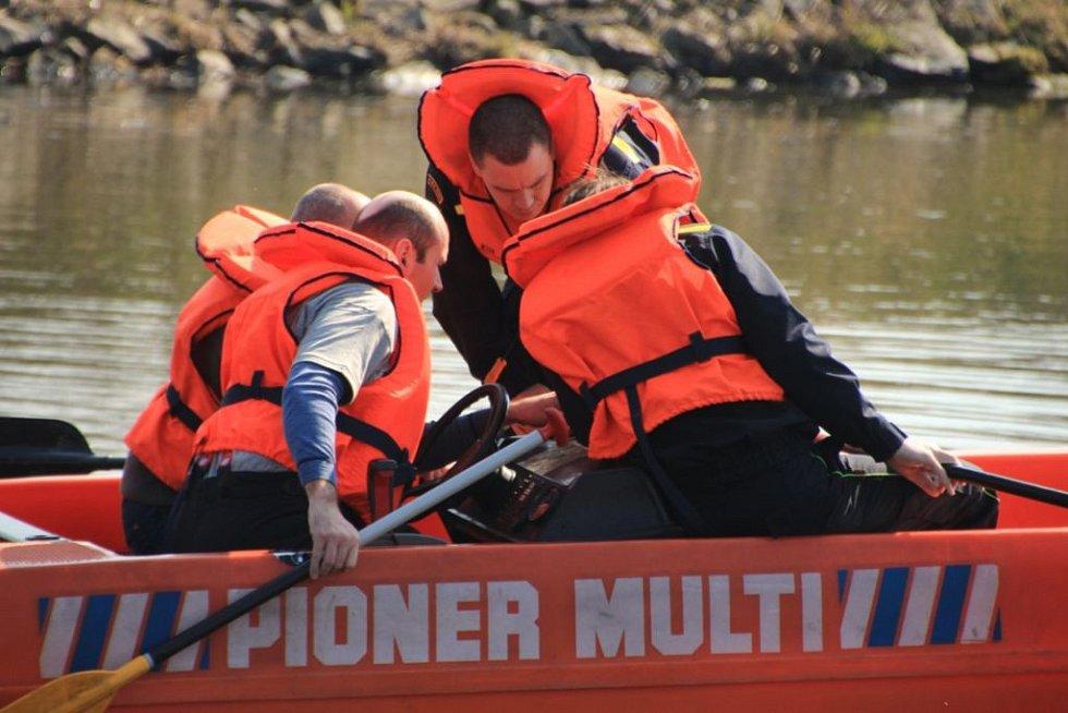 Hasiči z Prahy a Mělníka cvičili hledání osob pod vodní hladinou