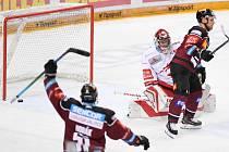 HC Sparta Praha - HC Oceláři Třinec, 28. února 2021 v Praze. Vladimír Sobotka ze Sparty dává gól Jakubovi Štěpánkovi z Třince.