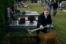 Jiří Svoboda (na fotografi) vykonal na říčanském městském hřbitově praktickou zkoušku a získal osvědčení o odborné způsobilosti jako první hrobník v ČR.