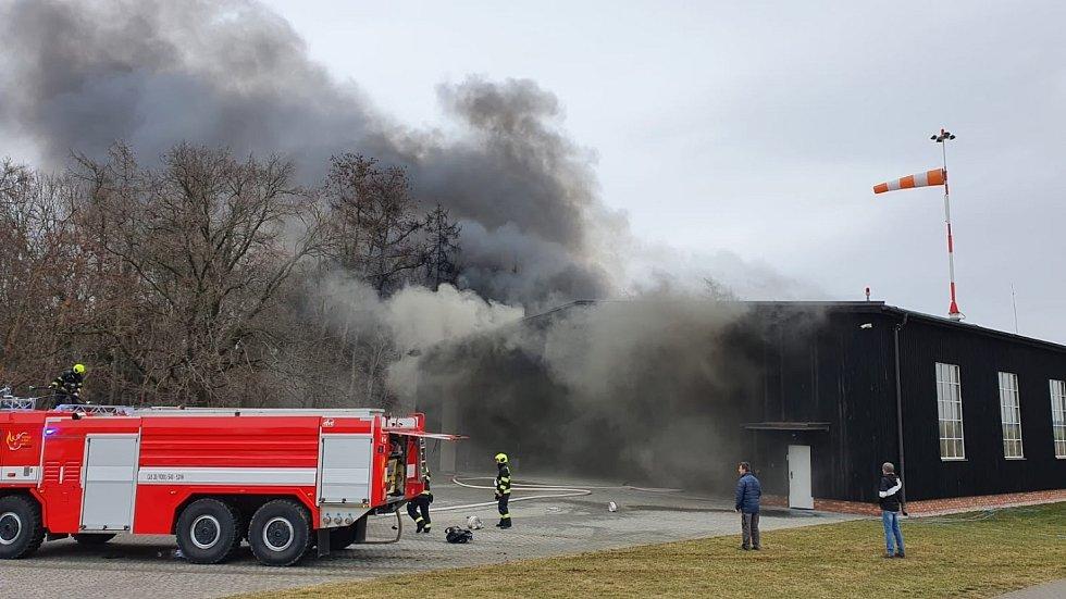Na letišti Točná zachvátil požár hangár s historickými letadly.