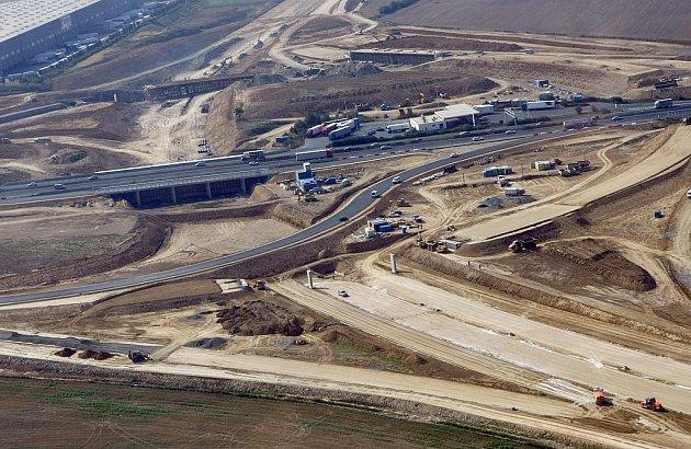 Stavba křižovatky v místě napojení pražského obchvatu na 10. kilometr dálnice D1. (Stav z 18. listopadu.)