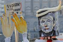 Asi dvě stě lidí se sešlo na Václavském náměstí na solidárního shromáždění s pochodem žen ve Washingtonu.