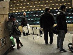 Tragické následky měl v noci na úterý 1. prosince 2015 pád muže - zřejmě sebevraha - pod přijíždějící soupravu metra ve stanici Jiřího z Poděbrad v Praze. Události vyžádala dvouhodinové přerušení provozu.