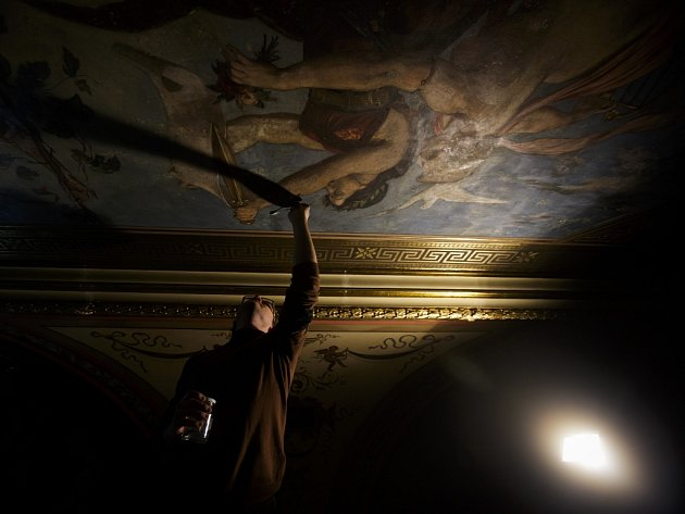 Restaurování nástěnných maleb v historické budově Národního divadla v Praze.