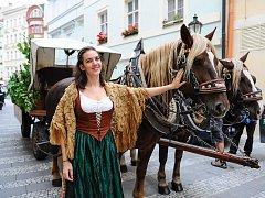 Šenkýřka a formanský povoz, který je neodmyslitelnou součástí oslav 174 let od uvaření první várky piva Pilsner Urquell.