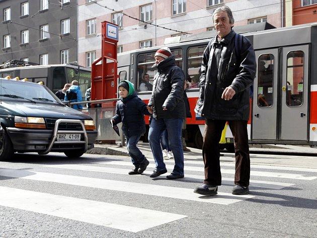 Pražský přechod na ulici Jana Želivského mezi ulicemi Jeseniovaa Biskupcova má smutné prvenství. Za rok 2013 tam došlo k šesti nehodám. Druhý nejrizikovější přechod leží jen o kus dál - mezi ulicemi Jeseniova a Malešická, kde došlo k pěti nehodám.