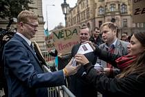 Na dvě desítky protestující se sešly 25. září před Úřadem vlády aby vyzvaly Vládu k navýšení výdajů pro vysoké školy. Pavel Bělobrádek a rektor UK Tomáš Zima.
