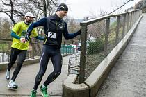 Trasu 500 metrů běží při Běhu dvojic Zakázankou pár tvořený dospělým a dítětem.