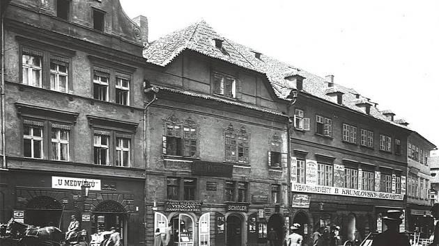 U Medvídků. S vařením zlatavého moku se v domě (úplně vlevo) začalo už v roce 1433.