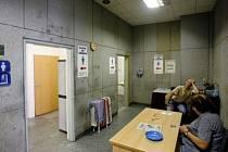 Moc nelákají. Veřejné záchodky na nádraží Praha Holešovice.
