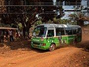 Nový Toulavý autobus na cestě z Kabilonu do Yaoundé.