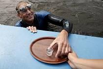 Anglický dobrodruh Paul Whitaker 17. července ve Žlutých lázních úspěšně zakončil pokus o uplavání 175 kilometrů z Českých Budějovic do Prahy