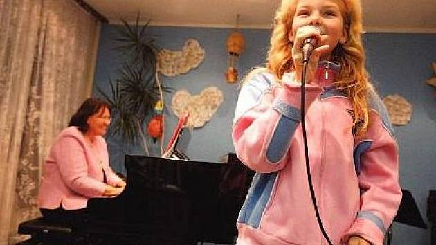 SÓLISTKA Klára Muknšraplová zpívá ve sboru 3 roky. Kromě toho hraje ještě na housle, flétnu a klavír.