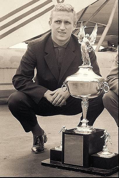 POKLAD. František Knebort s pohárem z USA.