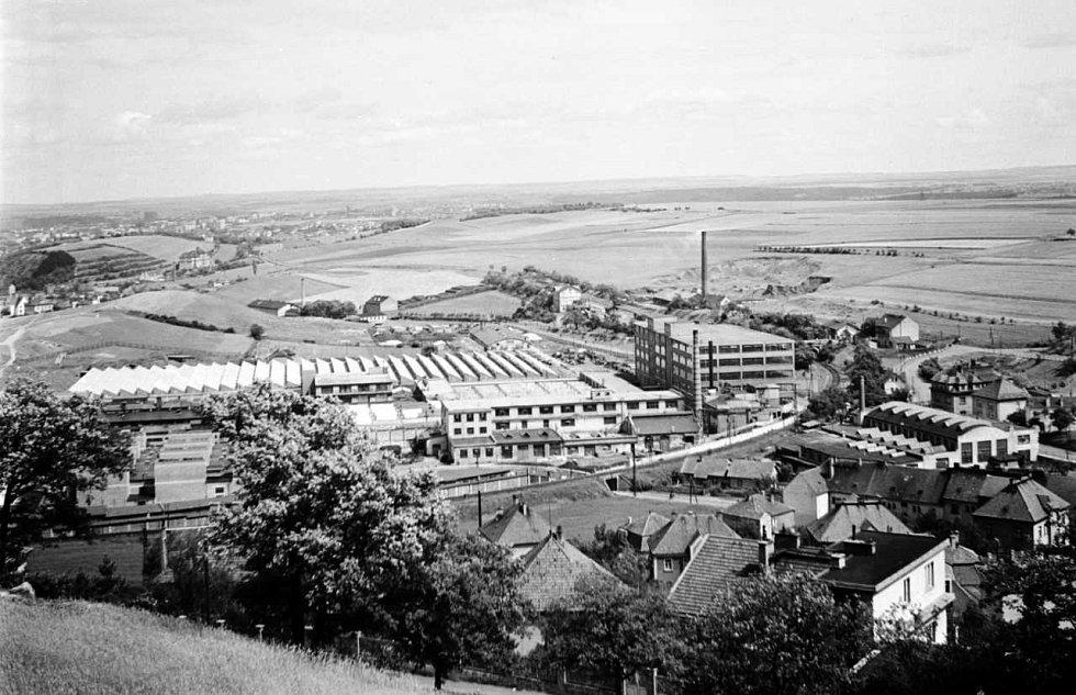 WALTROVKA . Podnikatel Josef Walter začal jako opravář kol v malé smíchovské dílně. V průběhu let vybudoval jeden z největších pražských podniků se sídlem v Jinonicích. Foto z června 1946.