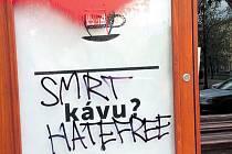 'Smrt Hatefree'. Extrémisté poničili výlohy kavárny.