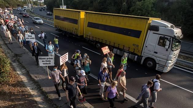 ZÁSTUPCI občanských sdružení Stop Kamionům-Iniciativa za dostavbu Pražského okruhu a SOS Spořilov blokovali 14. září provoz na vytížené Spořilovské spojce