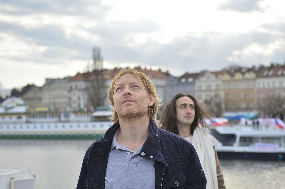 Protest proti zavření škol. Na Vltavu vyjely lodě s dýdžeji a protestujícími. Jedním z organizátorů byl miliardář Karel Janeček (na snímku).
