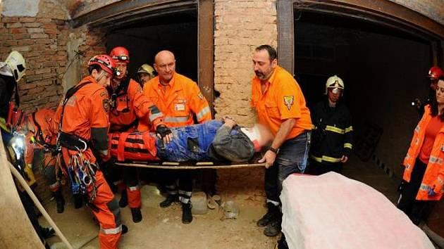 Nehoda na stavbě v pražské Bubenči se v úterý po ránu neobešla nejen bez účasti záchranářů, ale ani hasičů ze základny v Holešovicích – včetně těch s lezeckou specializací
