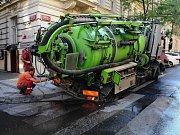 Pod vozidlem na čištění kanalizace se propadla vozovka.