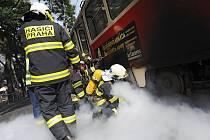 Hasiči likvidovali požár elektroinstalace tramvaje na Francouzské ulici oxidem uhličitým.