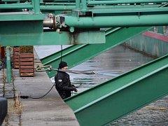 Policejní potápěči vytáhli z Vltavy trezor, ten odcizili pachatelé při vloupání do bytu v Praze 5