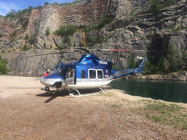 Zraněnému v lomu musel pomáhat vrtulník